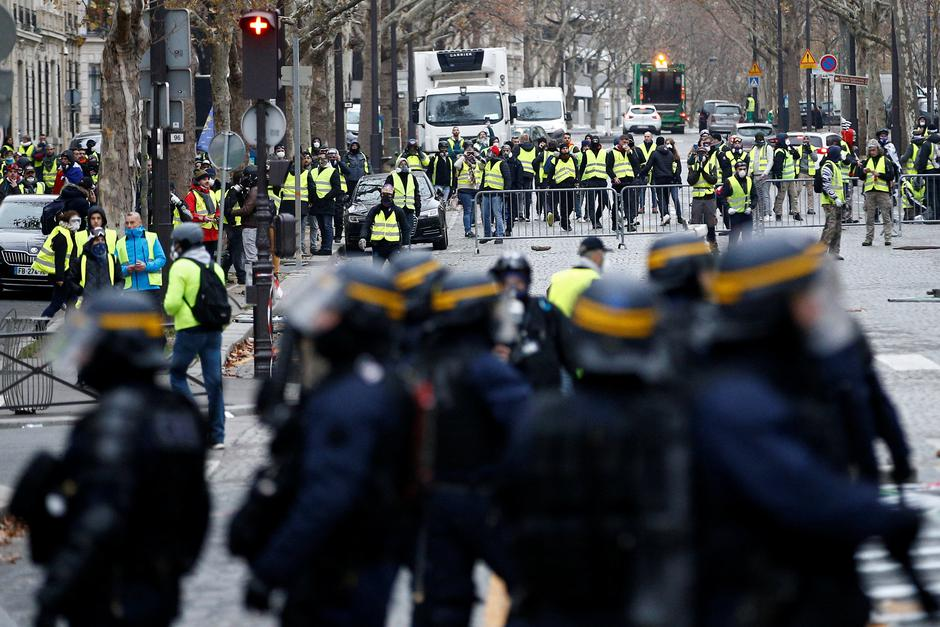 Police secure an area near protesters wearing yellow vests, a symbol of a French drivers' protest against higher diesel taxes, who gathter to demonstrate in Paris | Autor: STEPHANE MAHE/REUTERS/PIXSELL/REUTERS/PIXSELL