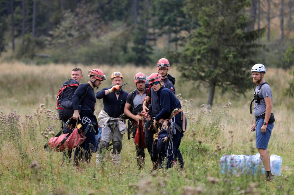Mountain rescue team members wait for a helicopter in Zakopane | Autor: AGENCJA GAZETA/REUTERS/PIXSELL/REUTERS/PIXSELL