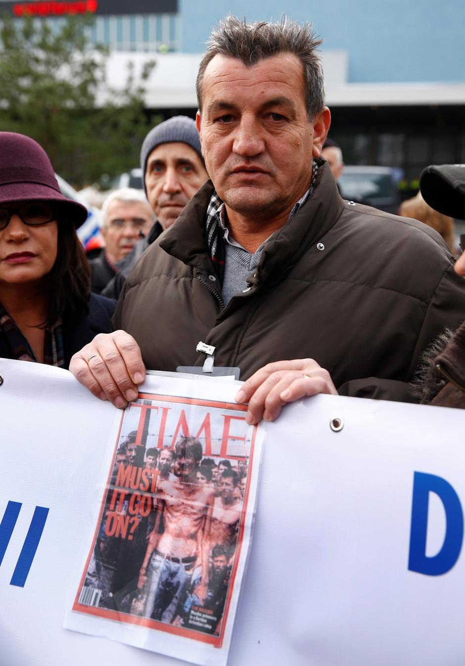 Fikret Alic, one of the survivors of concentration camps shows his photo on the cover of Time before the trial of former Bosnian Serb military commander Ratko Mladic before a court at the International Criminal Tribunal for the former Yugoslavia (ICTY) in | Autor: MICHAEL KOOREN/REUTERS/PIXSELL/REUTERS/PIXSELL