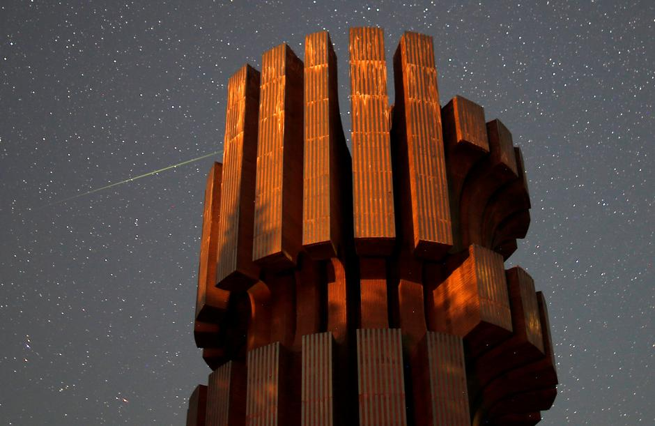 Meteor streaks across skies near the Monument to the Revolution in Prijedor | Autor: DADO RUVIC