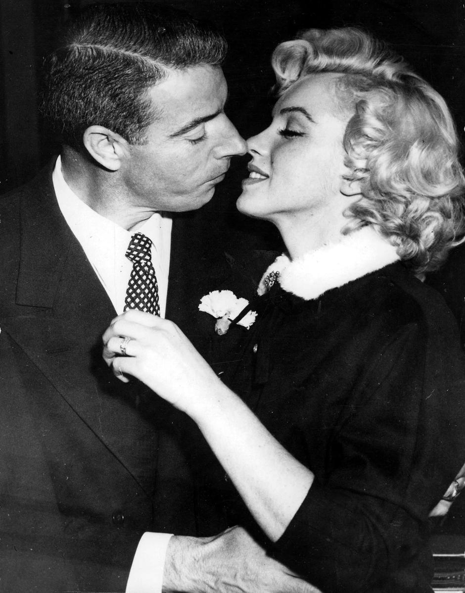 T,V, and Films, 16th January 1954, San Francisco, USA, Legendary Hollywood Film actress Marilyn Monroe prepares to kiss her husband former US Baseball player Joe DiMaggio after their wedding | Autor: Popperfoto