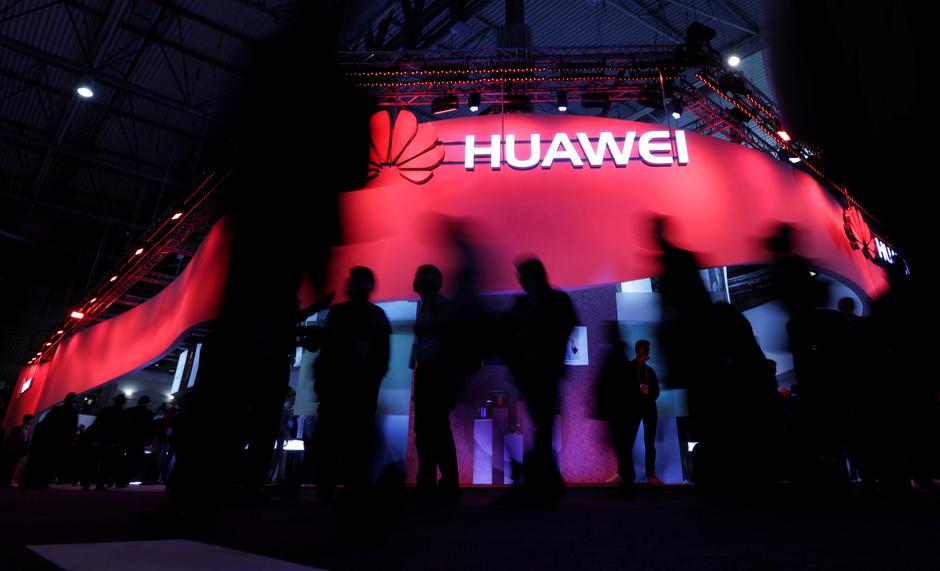 FILE PHOTO - Visitors walk past Huawei's booth during Mobile World Congress in Barcelona | Autor: Eric Gaillard