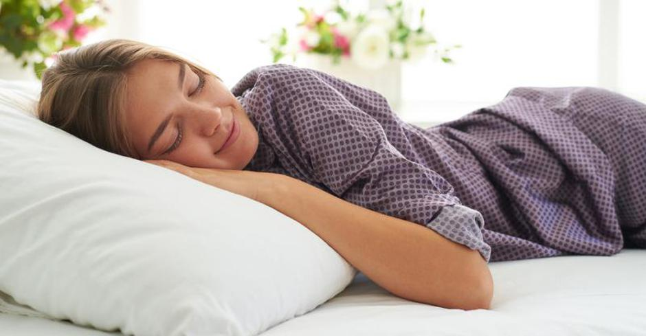 Close-up of beautiful woman in satin pajamas sleeping peacefully | Autor: Dreamstime