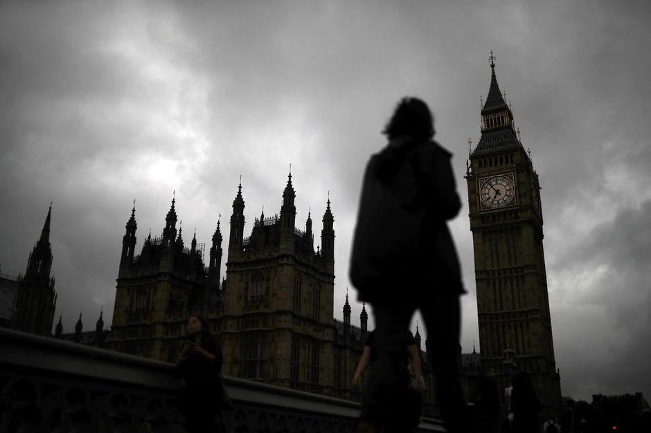 A woman walks past the Houses of Parliament and the Big Ben clock tower, on the day of the EU referendum, in central London | Autor: PHIL NOBLE