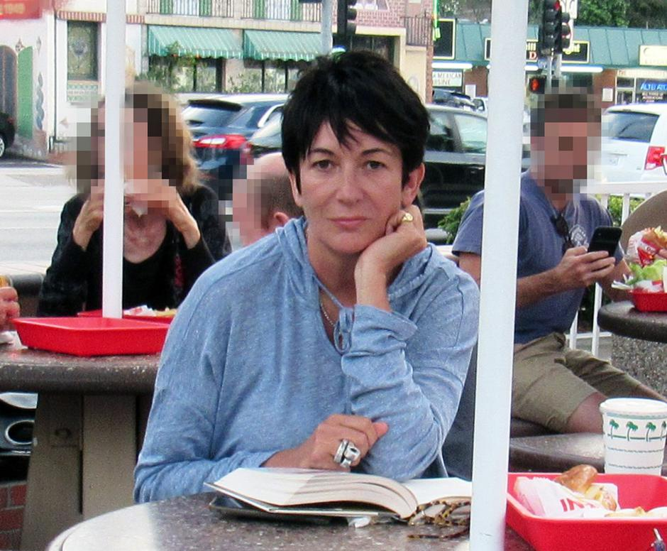 **PREMIUM EXCLUSIVE** Ghislaine Maxwell, Jeffrey Epsteins former right hand woman, tucks into burger and fries at a fast-food joint in Los Angeles. | Autor: Profimedia