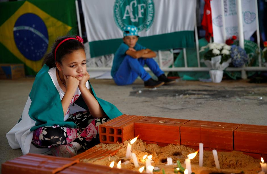 Young fans of Chapecoense soccer team pay tribute to Chapecoense's players at the Arena Conda stadium in Chapeco | Autor: RICARDO MORAES