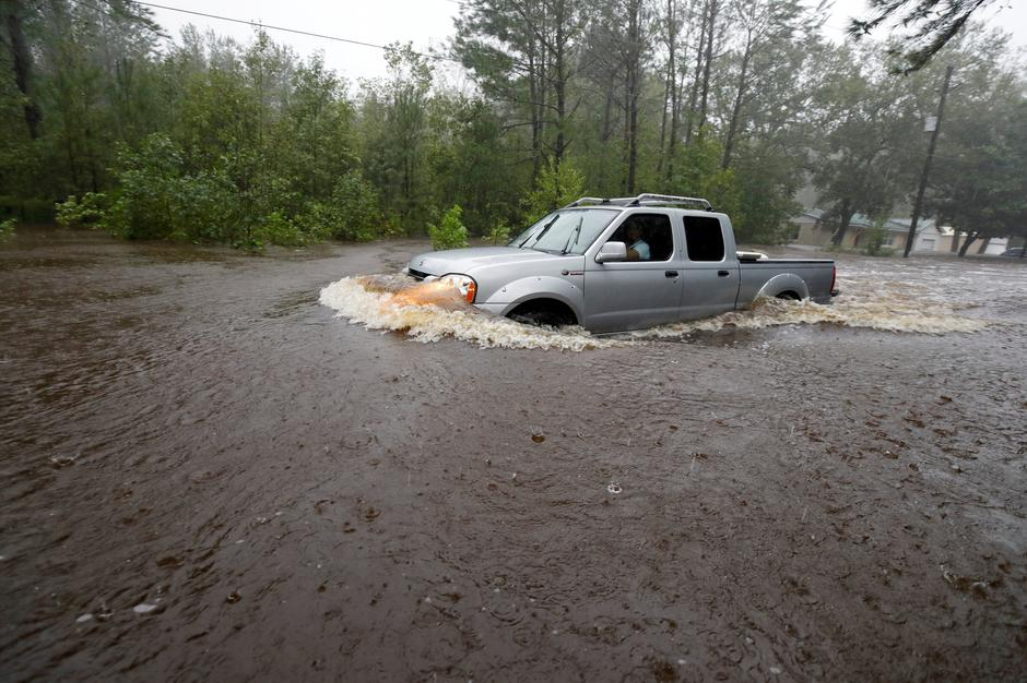 A motorist drives through high waters after Hurricane Florence swept through in North Carolina | Autor: JONATHAN DRAKE