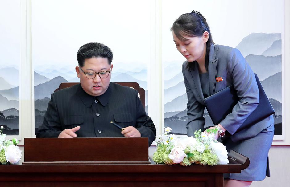 North Korean leader Kim Jong Un prepares to write in a guestbook with his sister Kim Yo Jong during their meeting at the Peace House | Autor: HANDOUT