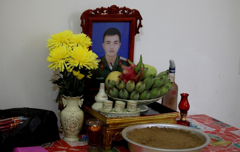 An image of Nguyen Dinh Tu, a Vietnamese suspected to be among dead victims found in a lorry in Britain, is seen at a table at his home in Nghe An province | Autor: NGUYEN HUY KHAM/REUTERS/PIXSELL/REUTERS/PIXSELL