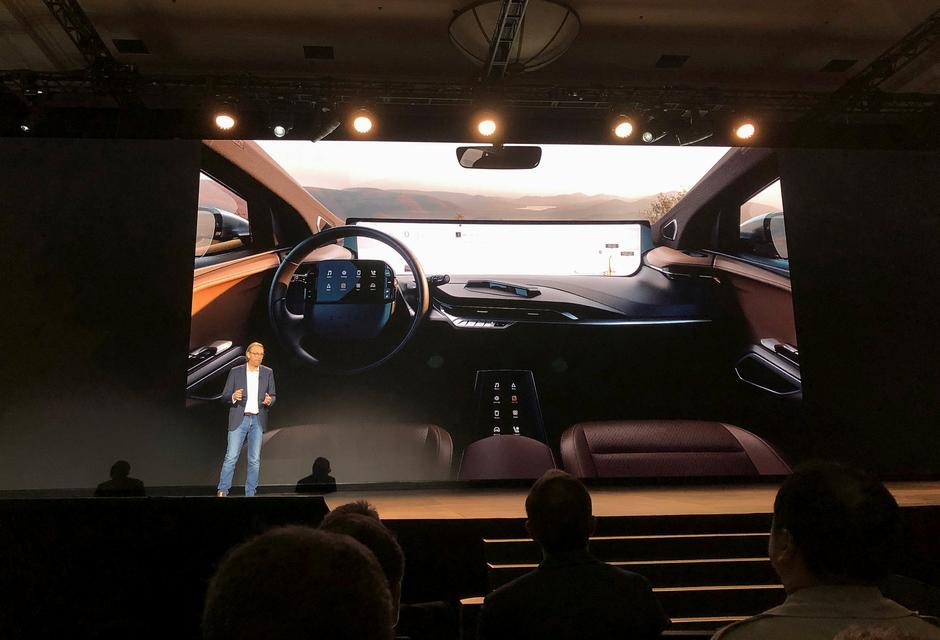 Benoit Jacob, head of design for Byton, speaks about the 48-inch screen inside the company's electric vehicle, set for production later in 2019, during the 2019 CES in Las Vegas | Autor: ALEXANDRIA SAGE
