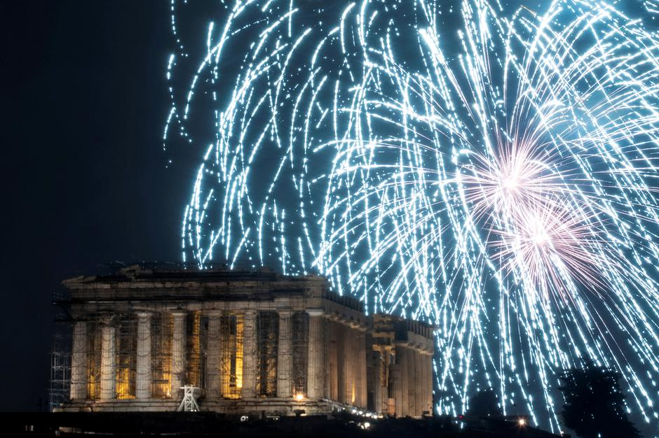 Fireworks explode over the ancient Parthenon temple atop the Acropolis hill during New Year's day celebrations in Athens | Autor: ALKIS KONSTANTINIDIS