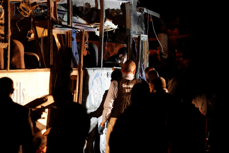 Police officers and officials inspect a scene of a bus blast in Giza | Autor: AMR ABDALLAH DALSH