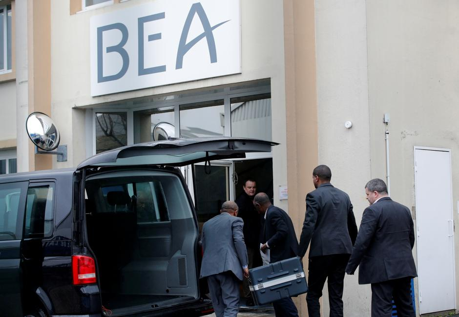 Men unload a case from a diplomatic car of the Ethiopian Embassy arrives at the headquarters of France's BEA air accident investigation agency in Le Bourget | Autor: Philippe Wojazer/REUTERS/PIXSELL/REUTERS/PIXSELL
