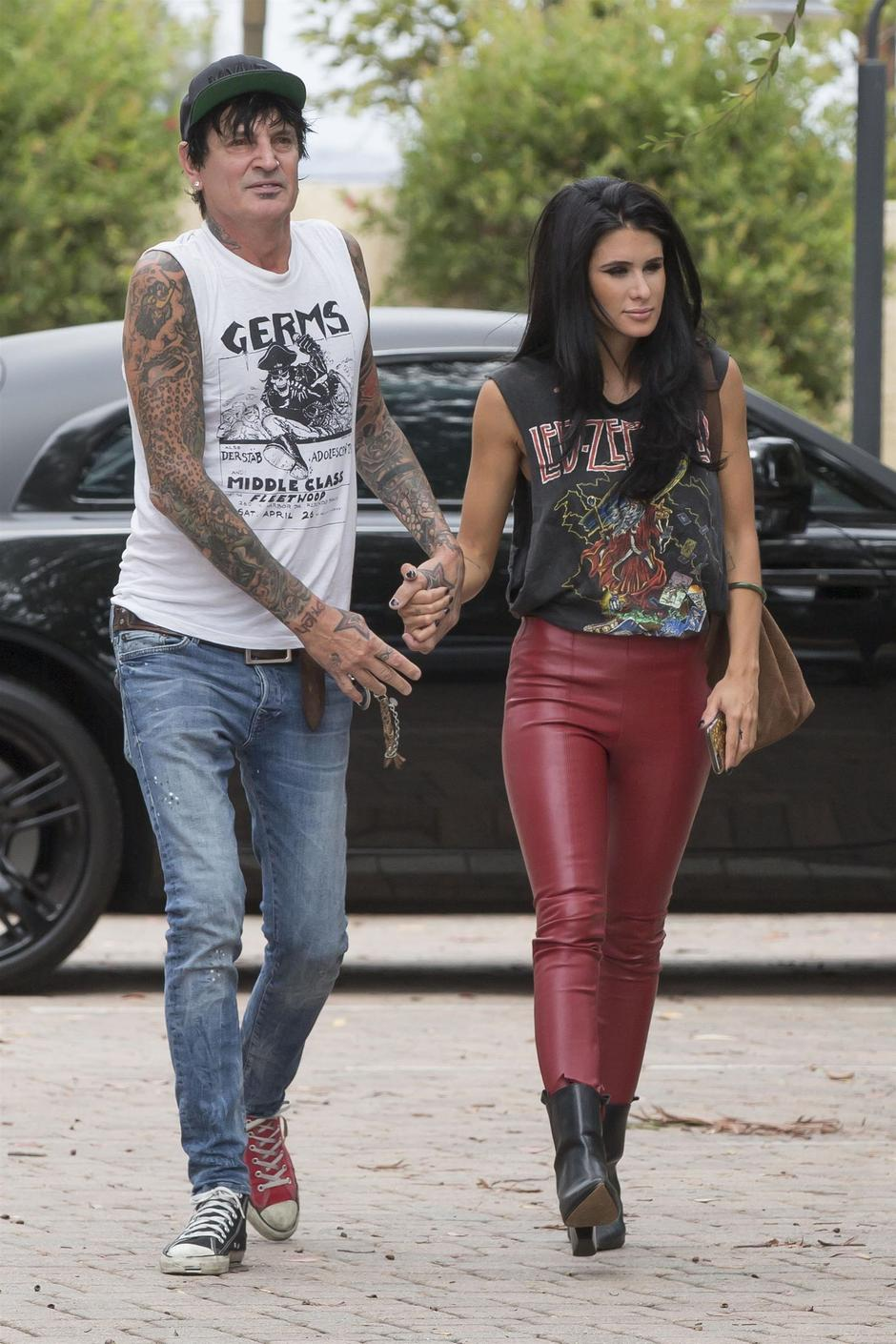 *EXCLUSIVE* Tommy Lee and Brittany Furlan hold hands as they stop by a dermatologist | Autor: KAMA