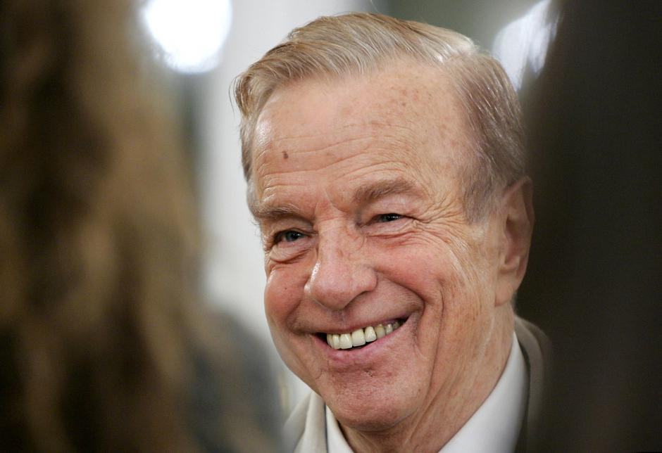 FILE PHOTO: Italy's film director Franco Zeffirelli smiles during a ceremony at the British Embassy in Rome Nove.. | Autor: TONY GENTILE/REUTERS/PIXSELL/REUTERS/PIXSELL