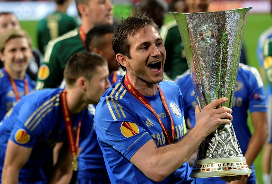 FILE PHOTO: Chelsea player Frank Lampard holds the trophy after defeating Benfica in the Europa League final soccer match at the Amsterdam Arena | Autor: PAUL VREEKER/REUTERS/PIXSELL/REUTERS/PIXSELL