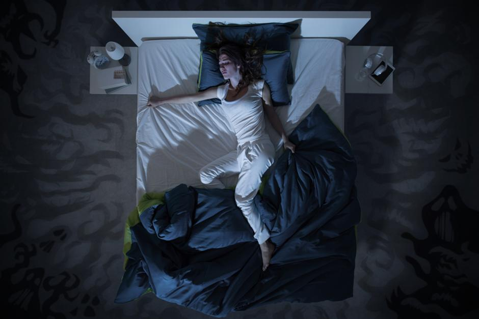 insomnia and nightmare in bed at night | Autor: Dreamstime