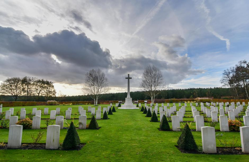The Cross of Sacrifice at Cannock Chase Military Cemetery instantly identifies a Commonwealth War Graves cemetery.  Beautifully tended, as they all are, the information panel tells you that this one contains 383 burials from the First World War, 97 Common | Autor: Profimedia