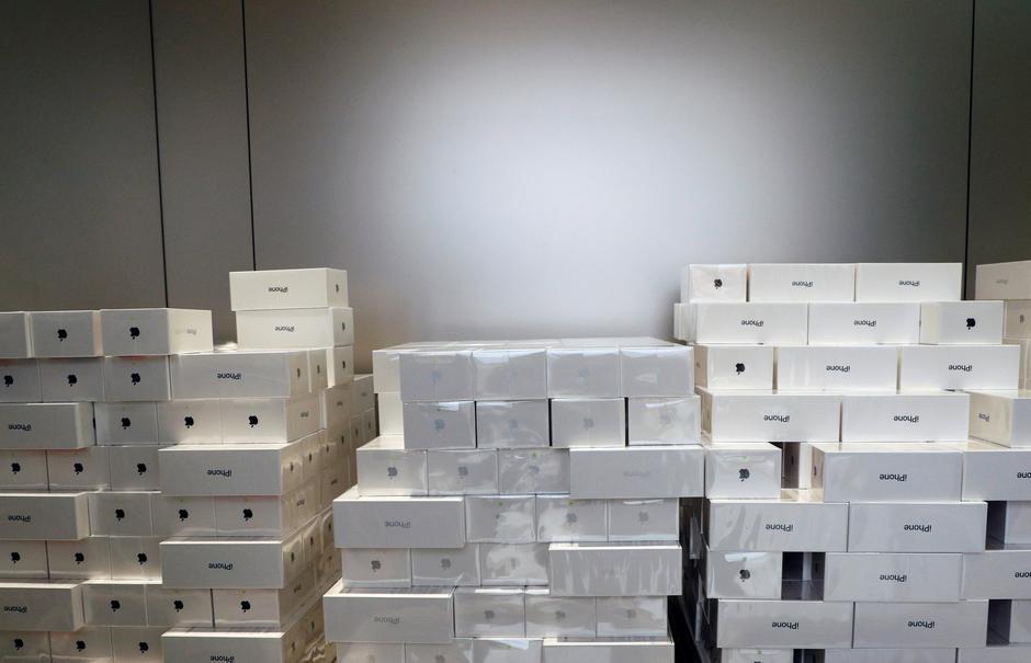 Boxes of iPhone X are pictured during its launch at the Apple store in Singapore | Autor: EDGAR SU
