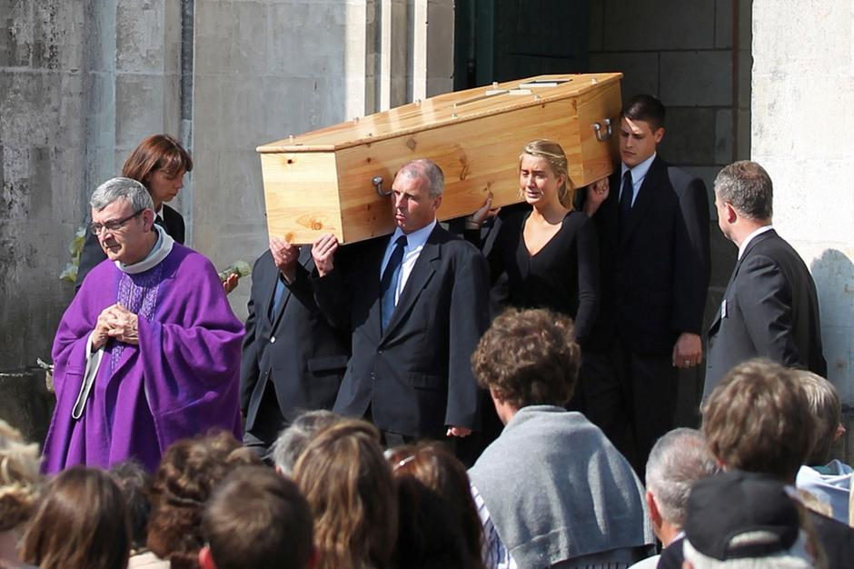 FILE PHOTO: One of the five coffins bearing a member of the Dupont de Ligonnes family leaves the Saint Felix church after the funeral ceremony in Nantes | Autor: LAETITIA NOTARIANNI/REUTERS/PIXSELL/REUTERS/PIXSELL