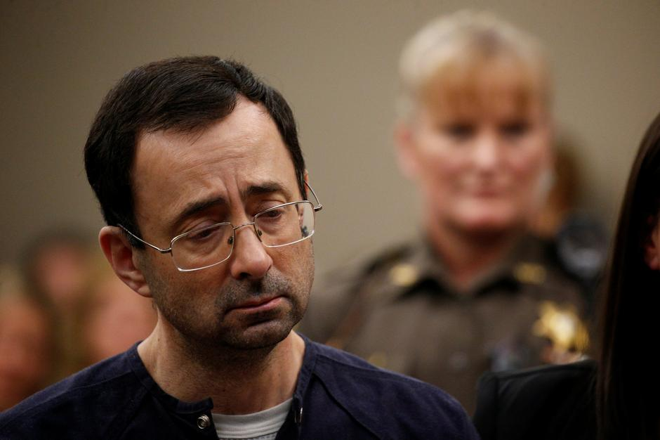 Larry Nassar, a former team USA Gymnastics doctor who pleaded guilty in November 2017 to sexual assault charges, stands during his sentencing hearing in Lansing | Autor: BRENDAN MCDERMID