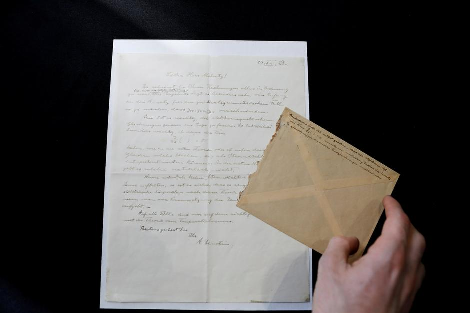 A letter written by Albert Einstein in 1928 is seen before it is sold at an auction in Jerusalem | Autor: RONEN ZVULUN