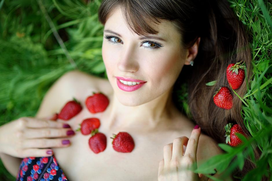 Beautiful brunette girl with strawberry | Autor: Timonko_Galina_0950305242