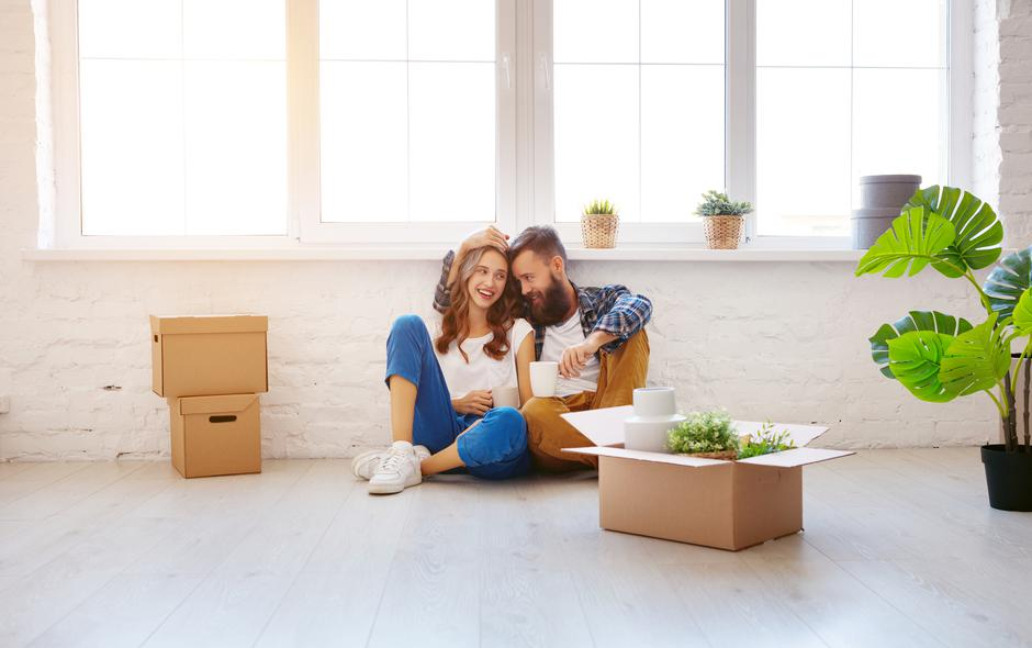 happy young married couple moves to new apartment | Autor: evgeny atamanenko