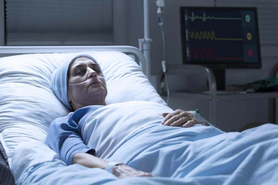 Middle-aged woman with cancer dying | Autor: Photographee.eu