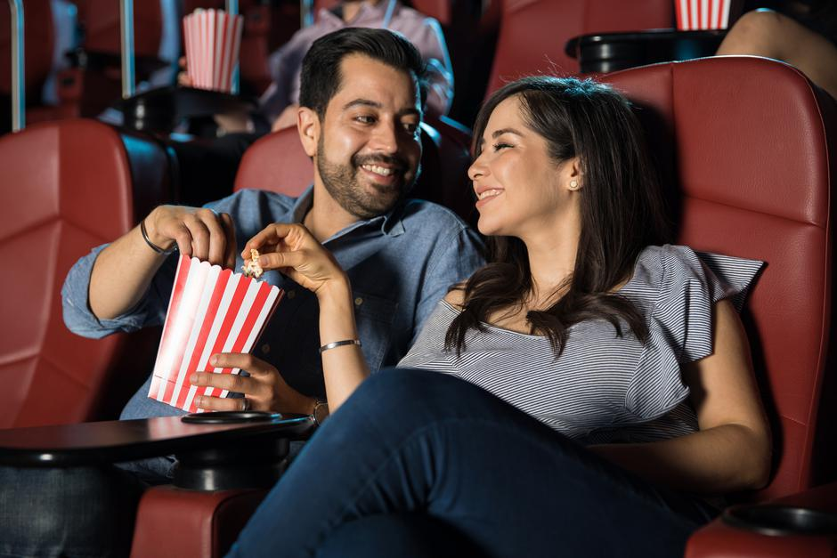 Couple sharing popcorn at the movies | Autor: Antonio Diaz