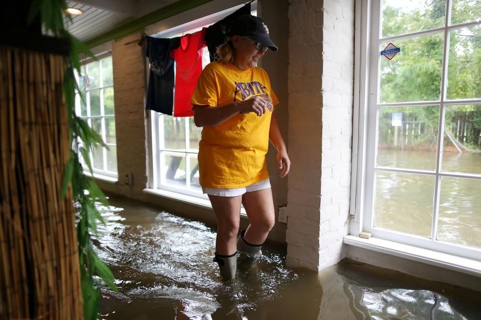 Robyn Iacona-Hilbert walks through her flooded business after Hurricane Barry in Mandeville | Autor: Jonathan Bachman/REUTERS/PIXSELL/REUTERS/PIXSELL