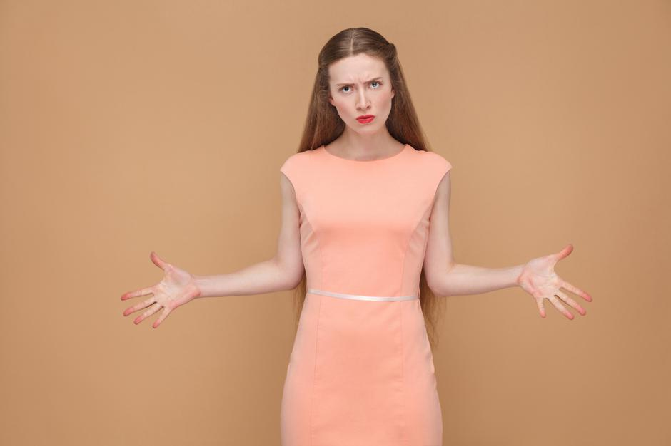 unhappy anger woman with hands up looking at camera. | Autor: Dreamstime