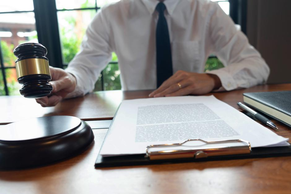 Consultation of lawyers in doing business or judging cases accor | Autor: Dreamstime