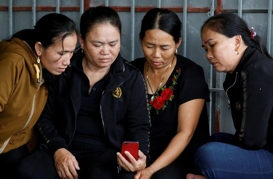 Relatives of Anna Bui Thi Nhung, a Vietnamese suspected to be among dead victims found in a lorry in Britain, read news about her at her home in Nghe An province | Autor: NGUYEN HUY KHAM/REUTERS/PIXSELL/REUTERS/PIXSELL