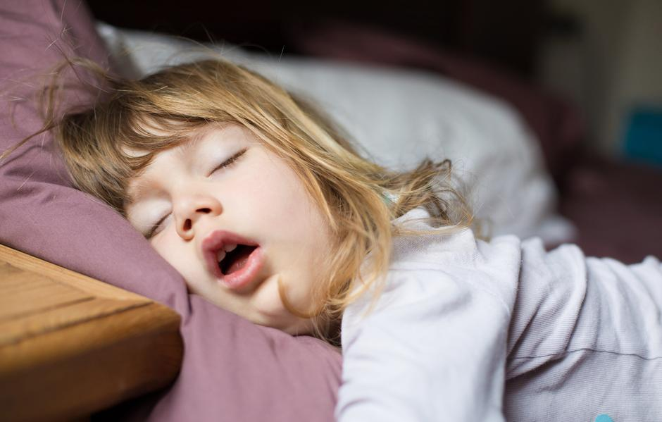 funny face of child sleeping on king bed | Autor: Dreamstime