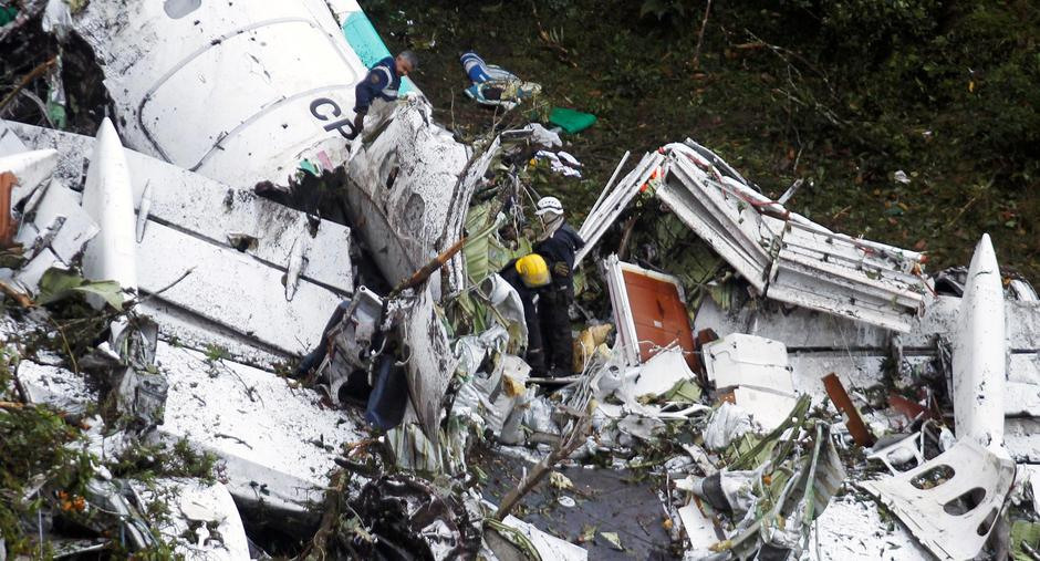 Rescue crew work in the wreckage from a plane that crashed into Colombian jungle with Brazilian soccer team Chapecoense near Medellin | Autor: FREDY BUILES