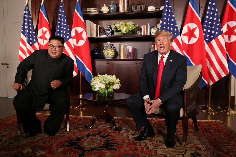 U.S. President Donald Trump sits next to North Korea's leader Kim Jong Un at the Capella Hotel in Singapore | Autor: JONATHAN ERNST