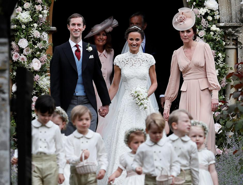 Pippa Middleton and James Matthews smile as they are joined by Britain's Catherine, Duchess of Cambridge after their wedding at St Mark's Church in Englefield | Autor: pool/REUTERS/PIXSELL/REUTERS/PIXSELL