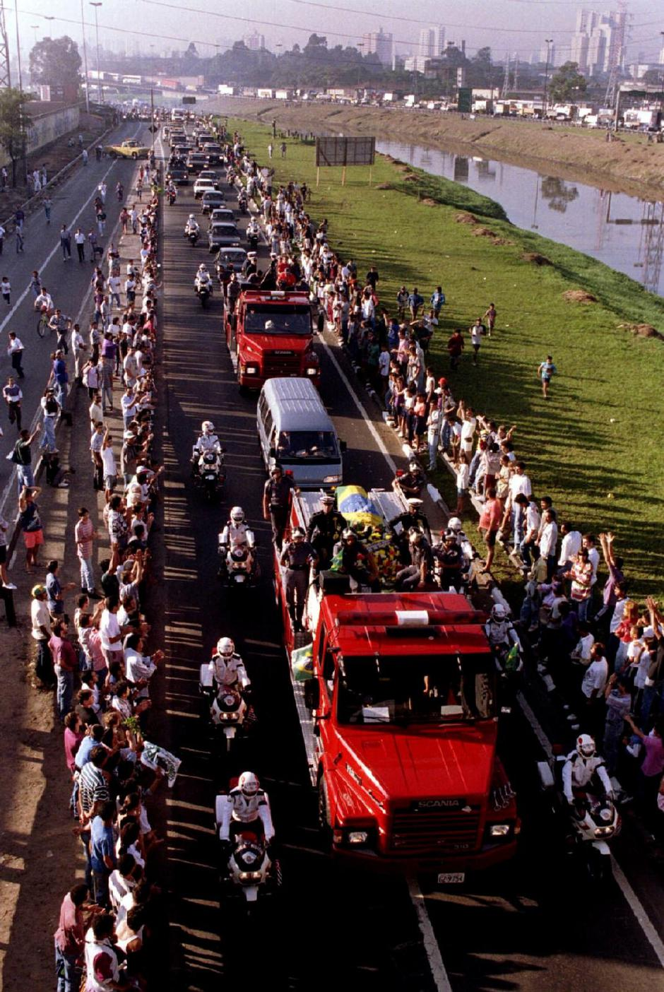FILE PHOTO: A motorcade accompanying the coffin of Senna makes its way from Sao Paulo airport to the city center in Brazil | Autor: Stringer ./REUTERS/PIXSELL/REUTERS/PIXSELL