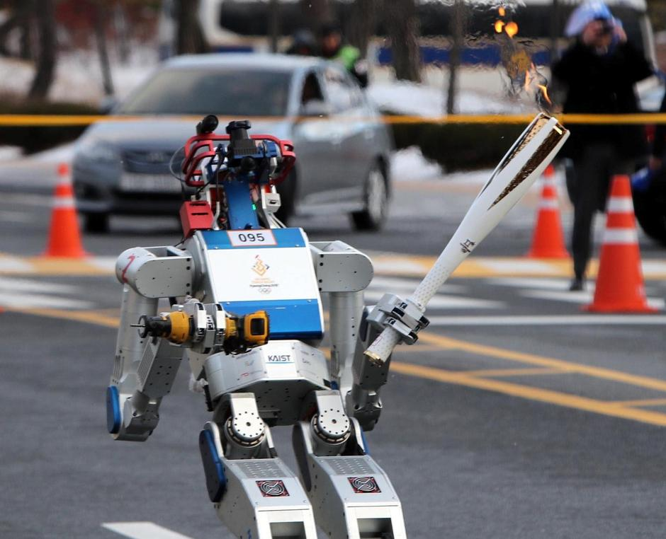 HUBO, a multifunctional walking humanoid robot, carries the Olympic torch at the Korea Advanced Institute of Science and Technology (KAIST) in Daejeon | Autor: STRINGER/REUTERS/PIXSELL/REUTERS/PIXSELL