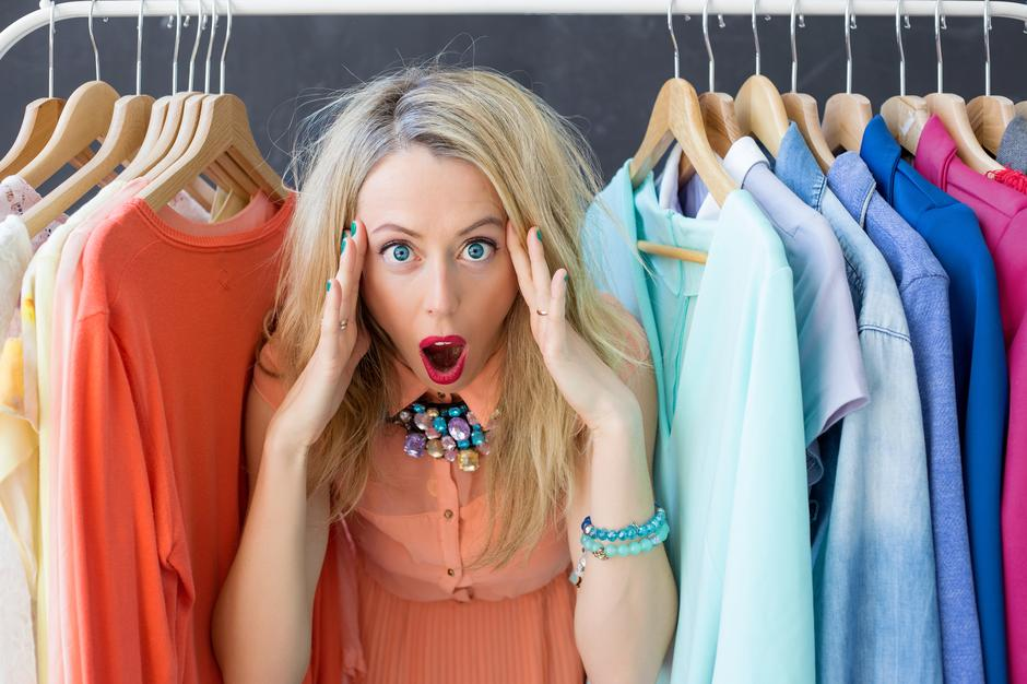 Stressed woman deciding what to wear | Autor: grinvalds