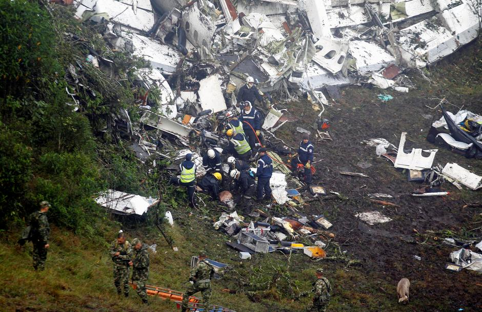 Rescue crew work in the wreckage from a plane that crashed into Colombian jungle with Brazilian soccer team Chapecoense, seen near Medellin | Autor: FREDY BUILES
