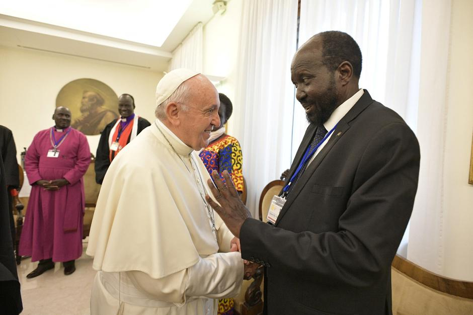 Pope Francis shakes hands with the President of South Sudan Salva Kiir at the end of a two day Spiritual retreat with South Sudan leaders at the Vatican | Autor: VATICAN MEDIA/REUTERS/PIXSELL/REUTERS/PIXSELL