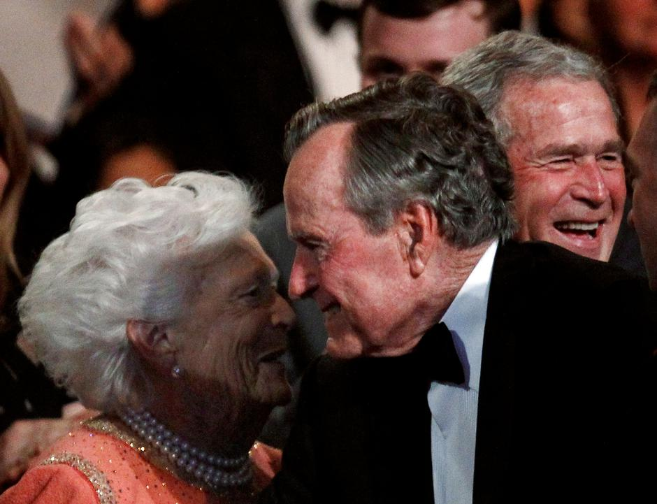 FILE PHOTO: Former U.S. President George. H.W. Bush (C) smiles at his wife Barbara (L), as their son former President George W. Bush (R) laughs in Washington | Autor: JIM YOUNG/REUTERS/PIXSELL/REUTERS/PIXSELL