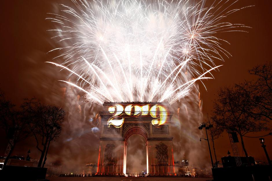 Fireworks explode during the New Year's celebrations at the Arc de Triomphe in Paris | Autor: CHRISTIAN HARTMANN