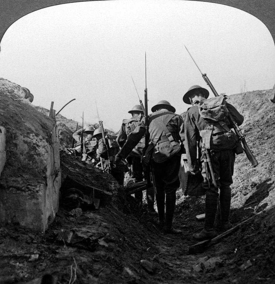 British troops in a captured trench, Hindenburg Line, France, World War I, 1917-1918. | Autor: Profimedia
