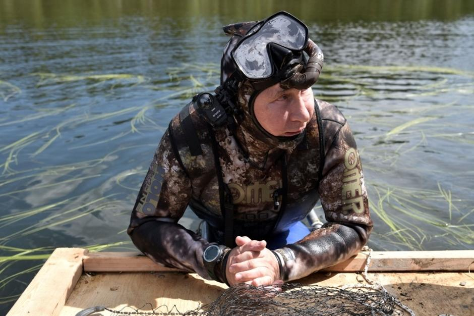 Russian President Vladimir Putin rests after swimming during the hunting and fishing trip which took place on August 1-3 in the republic of Tyva in southern Siberia | Autor: SPUTNIK/REUTERS/PIXSELL/REUTERS/PIXSELL