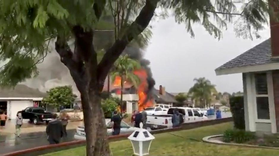 Smoke billows after a plane crashed into a house in a residential neighborhood in Yorba Linda, California | Autor: SOCIAL MEDIA
