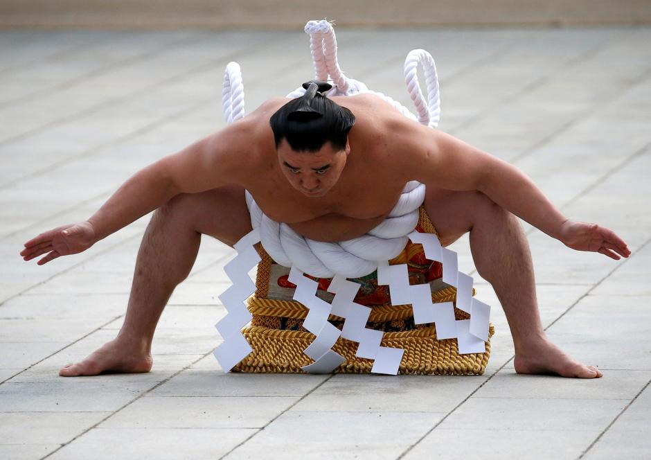 FILE PHOTO : Mongolian-born grand sumo champion Yokozuna Harumafuji performs the New Year's ring-entering rite at the annual celebration for the New Year at Meiji Shrine in Tokyo | Autor: ISSEI KATO/REUTERS/PIXSELL/REUTERS/PIXSELL