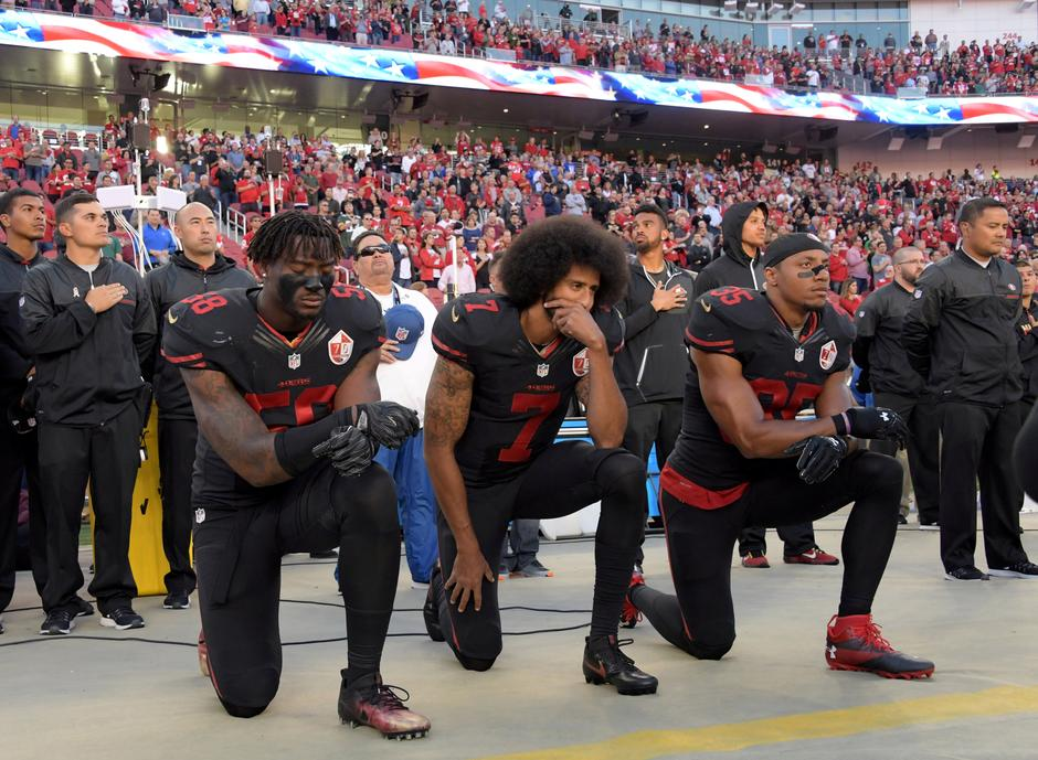 FILE PHOTO: San Francisco 49ers outside linebacker Harold, quarterback Kaepernick and free safety Reid kneel in protest in Santa Clara | Autor: USA Today Sports